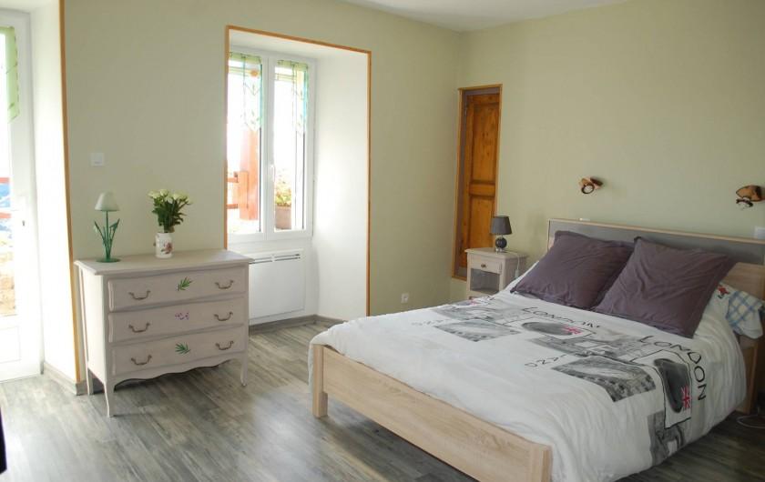Location de vacances - Gîte à Vals-les-Bains - la chambre verte avec son lit en 140 / sur la terrasse dans maison de caractère