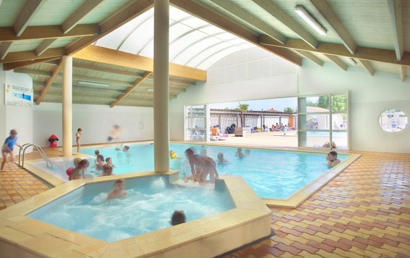 Location de vacances - Camping à La Tranche-sur-Mer - Le jacuzzi de la piscine couverte