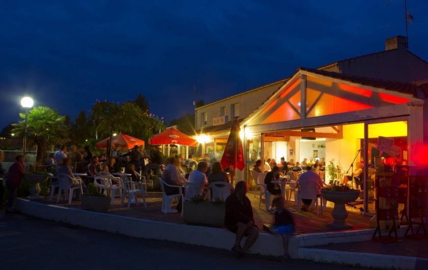 Location de vacances - Camping à La Tranche-sur-Mer - Soirée animée au bar