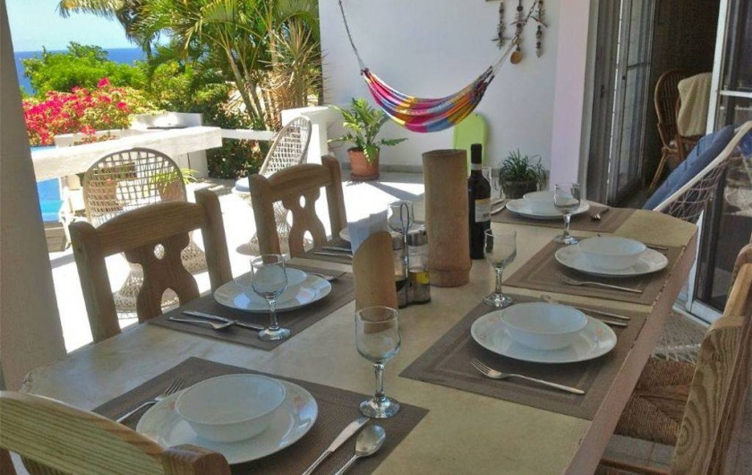 Location de vacances - Villa à Cabrera - Table de la terrasse de la villa, avec berçante et hamac
