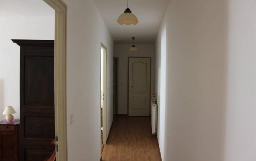 Location de vacances - Gîte à Courcelles-lès-Montbard - Couloir des chambres