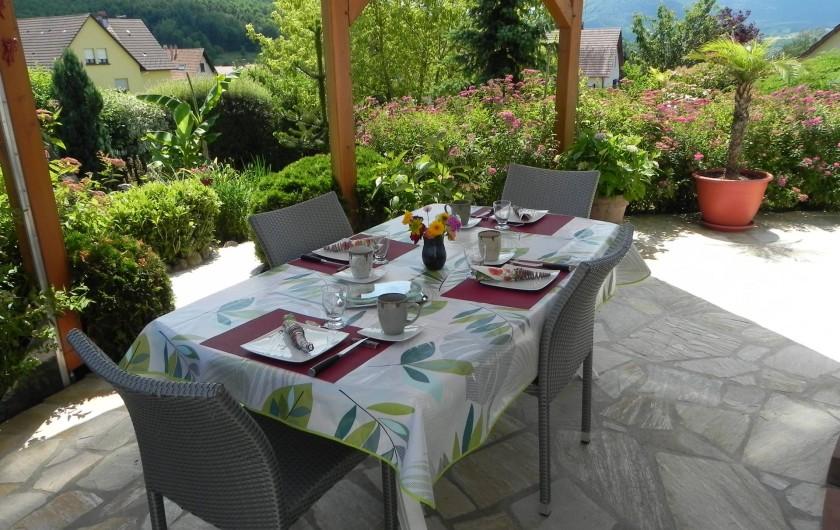 Location de vacances - Chambre d'hôtes à Saint-Pierre-Bois - petit déjeuner en table d'été
