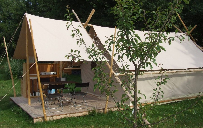 Location de vacances - Tipi à Saint-Vincent-en-Bresse - Une vraie tente de trappeur, avec un petit poêle à bois vous attend !