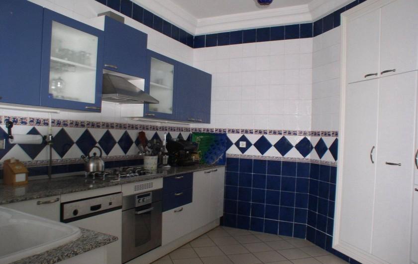 Location de vacances - Appartement à Hammamet - cuisine avec lave vaisselle, frigo, congélateur, cuisinière à gaz, four