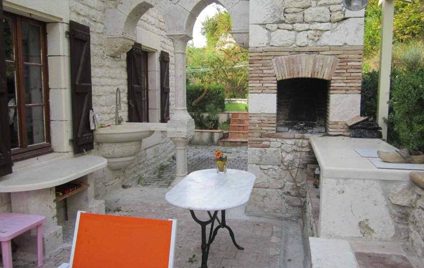 Location de vacances - Gîte à Valprionde - La terrasse avec l'évier extérieur et le barbecue