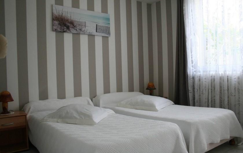 """Location de vacances - Chambre d'hôtes à Ochancourt - chambre  """" les dunes """" en rdc avec lit jumeaux et accès sur le jardin"""