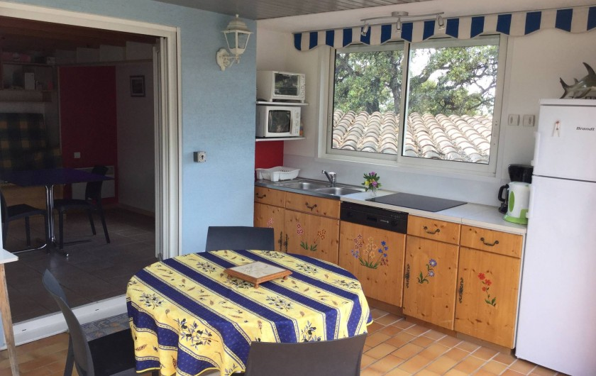 Location de vacances - Maison - Villa à Bormes-les-Mimosas - cuisine avec baies vitrées ouvrantes