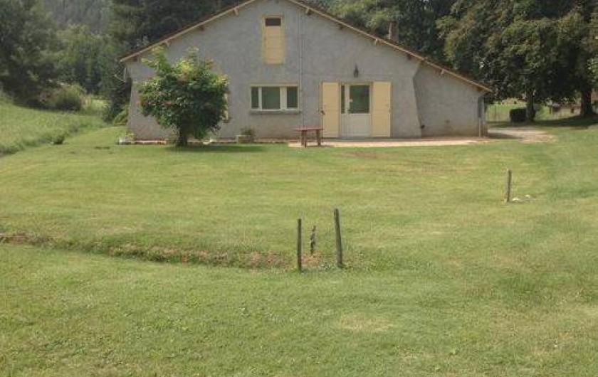 Location de vacances - Gîte à Auriac-du-Périgord - Arrière de la maison avec espace vert (500m2) tondu et disponible.