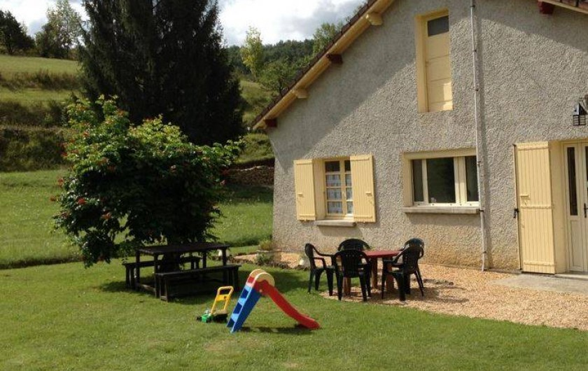 Location de vacances - Gîte à Auriac-du-Périgord - Arrière de la maison. Toboggan pour enfant de - de 3 ans.