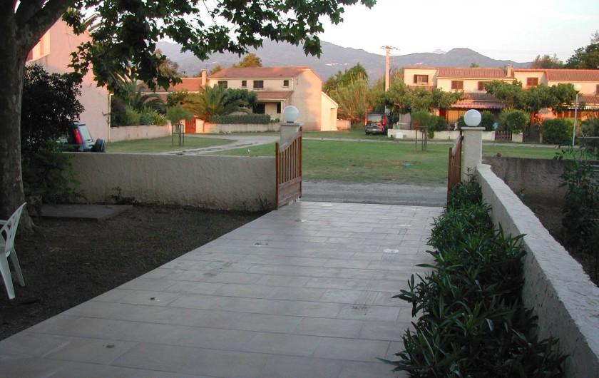 Location de vacances - Villa à Folelli - l'entrée coté jardin