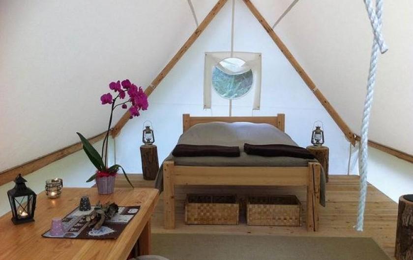 Location de vacances - Tipi à Mont-Saxonnex - Intérieur d'une autre de nos tente couple