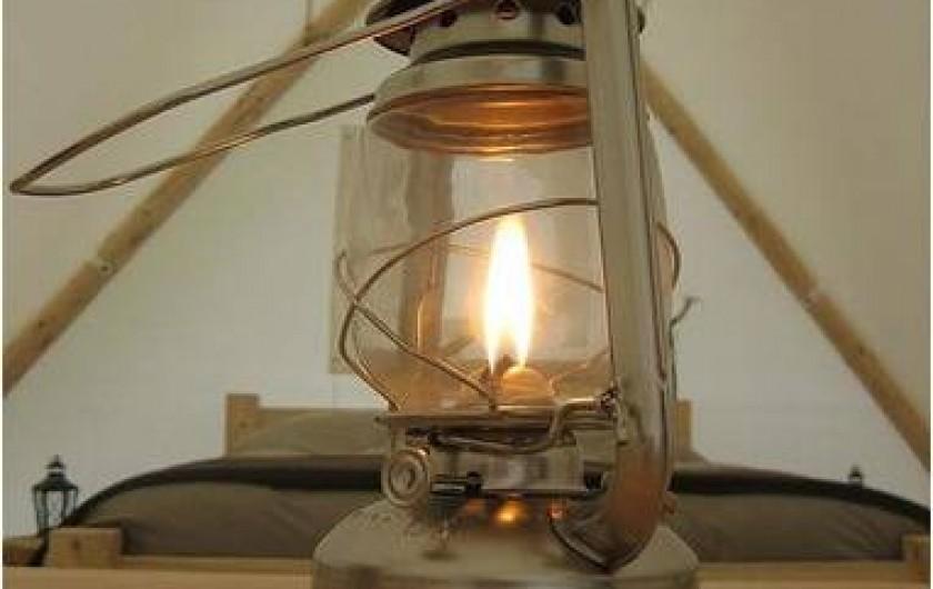 Location de vacances - Tipi à Mont-Saxonnex - Toutes nos lodges sont éclairée à la lumière des lanternes et bougies.