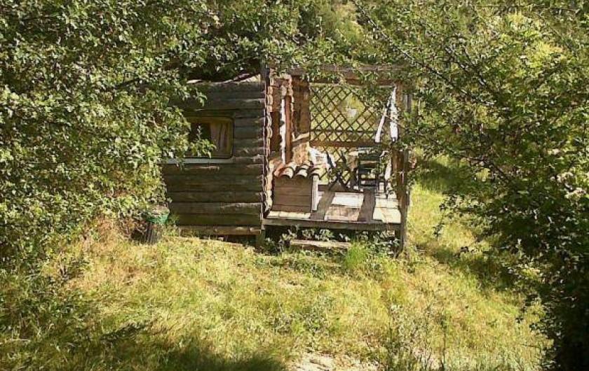 Location de vacances - Camping à Éourres - La Carabane, 25m carré. 1 couple 3 enfants maxi. Cuisine équipée.