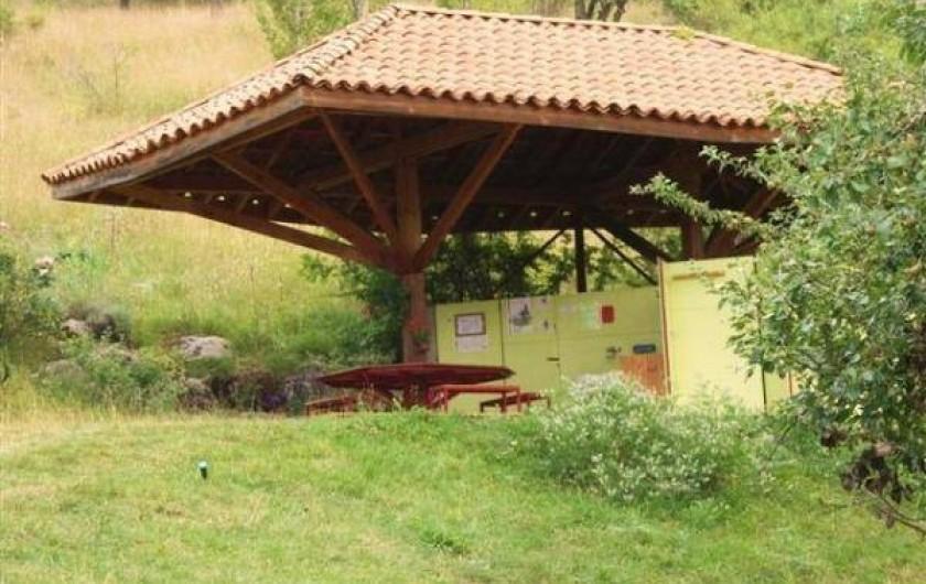 Location de vacances - Camping à Éourres - Sanitaires communs, frigidaire, douches, WC