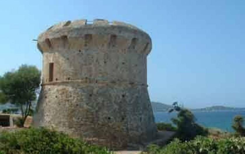 Location de vacances - Maison - Villa à Ajaccio - Tour du Capitello au bout de la plage