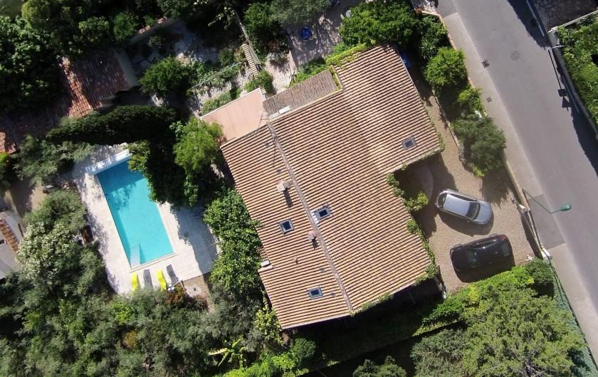 Location de vacances - Villa à Bezouce - Vue aérienne du gîte avec parking, terrasse et piscine