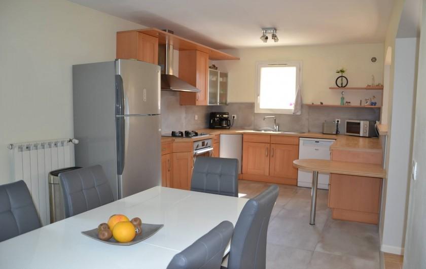 Location de vacances - Villa à Aix-en-Provence - Cuisine américaine toute équipée ouverte sur le séjour et la salle à manger