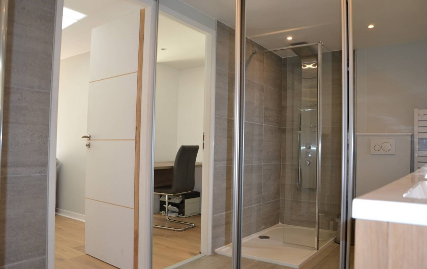 Location de vacances - Villa à Aix-en-Provence - Salle d'eau RDC avec douche italienne+double vasque+WC+placard +LL+Sèche Linge