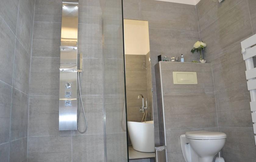 Location de vacances - Villa à Aix-en-Provence - Autre vue de la SDB au 1er étage avec douche italienne+WC+placard miroir