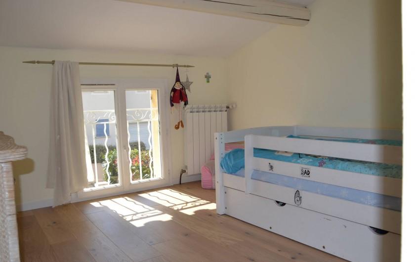 Location de vacances - Villa à Aix-en-Provence - Chambre 5 - exposée Ouest - de 12m2 avec lit 90cm + commodes+placard