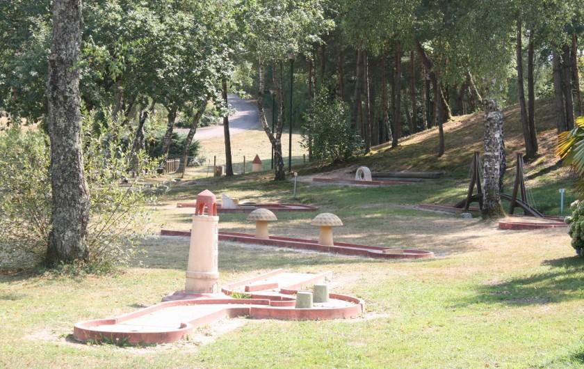Location de vacances - Bungalow - Mobilhome à Beynat - Mini-golf du camping, pour des moments de rigolades en famille ou entre amis.