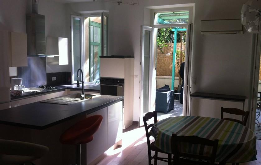 Location de vacances - Appartement à Marseille - Cuisine équipée et ouverture sur la cour intérieure privative