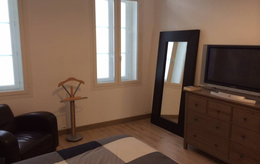 Location de vacances - Appartement à Marseille - Chambre 1 de 18m 2 : 1 lit 2 places en 140 cm, 1 lit bébé, 1 commode, 1 placard