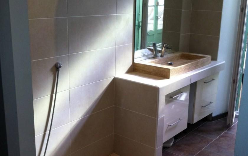 Location de vacances - Appartement à Marseille - Salle de bain : 1 lavabo, 1 douche italienne, 1 sèche serviette, 1 sèche-cheveux