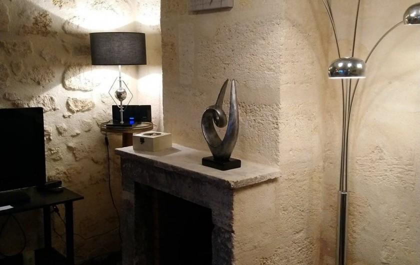 Location de vacances - Gîte à Bourg sur Gironde - Vue de la cheminée dans le coin salon