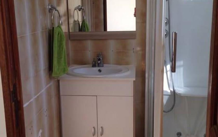 """Location de vacances - Villa à Le Revest-les-Eaux - Salle d'eau de la chambre """"verte"""""""