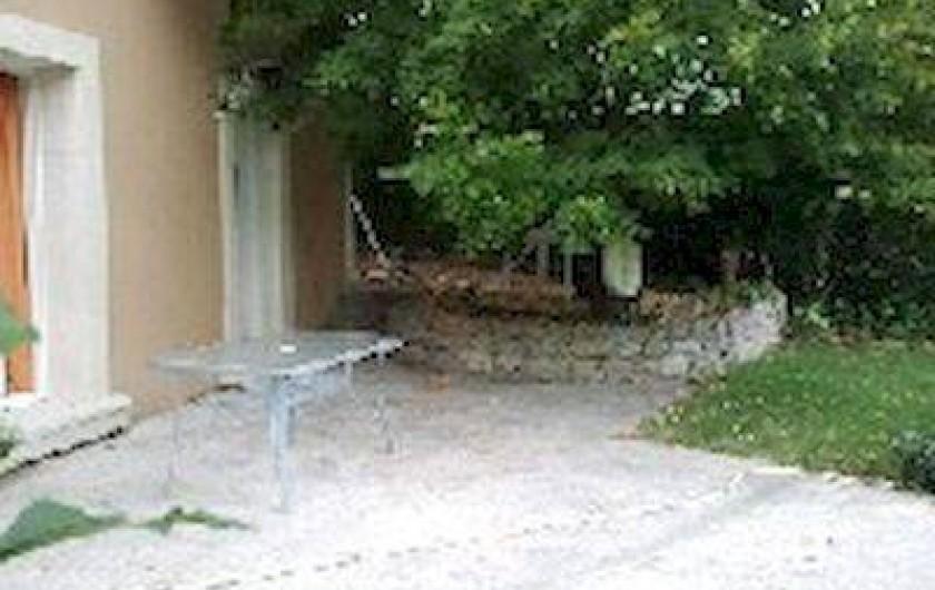 Location de vacances - Villa à Thueyts - vue partie du jardin