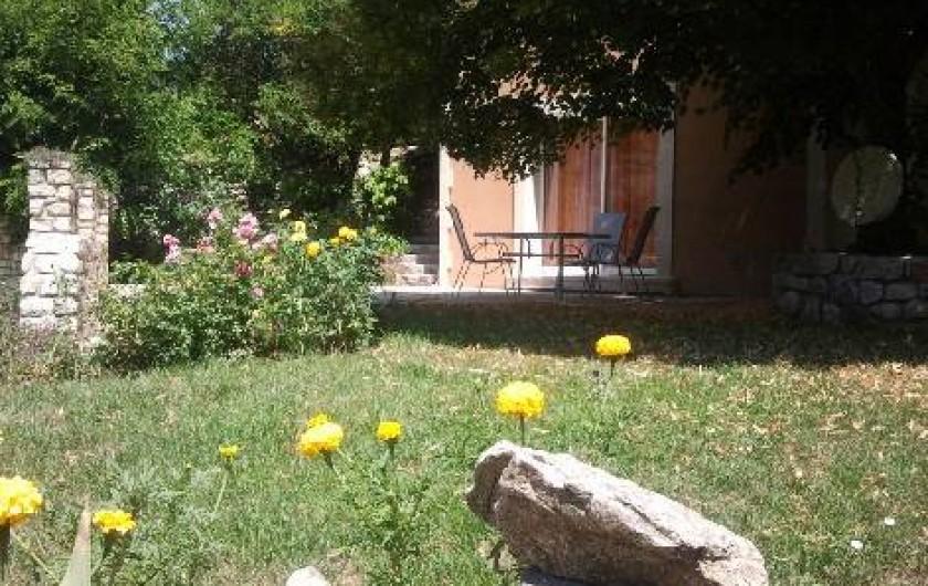 Location de vacances - Villa à Thueyts - façade sud terrasse salon de jardin /jardin