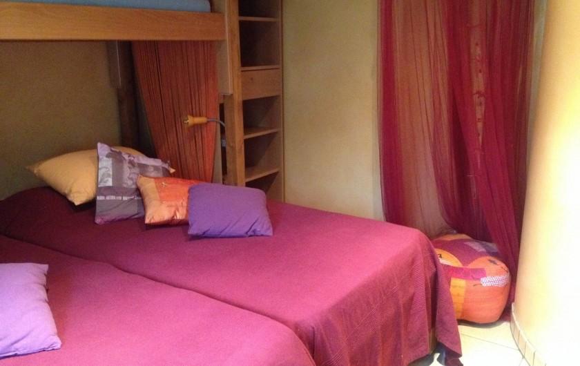 Location de vacances - Villa à Thueyts - chambre 2 lits cote a cote 90x190 vue Sud