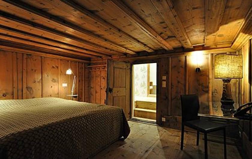 Location de vacances - Chalet à La Punt-Chamues-ch - Ancienne Chambra avec salle de bain (douche et baignoire)