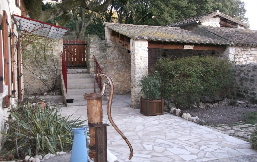 Location de vacances - Appartement à Grignan - Cour avec coin repas couvert.
