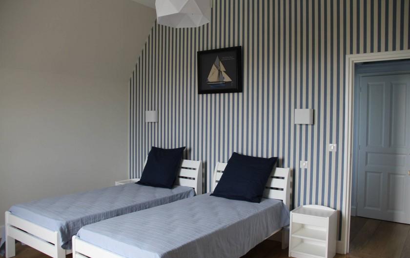 Location de vacances - Villa à Primelin - Grande chambre de 16m² avec 2 lits simples. Vue sur mer.