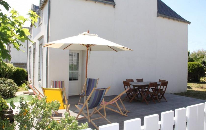 Location de vacances - Villa à Primelin - Terrasse en bois exotique. Orientée EST : ensoleillement de fin de journée.