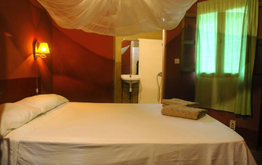 Location de vacances - Chambre d'hôtes à Saly - Chambre et salle d'eau