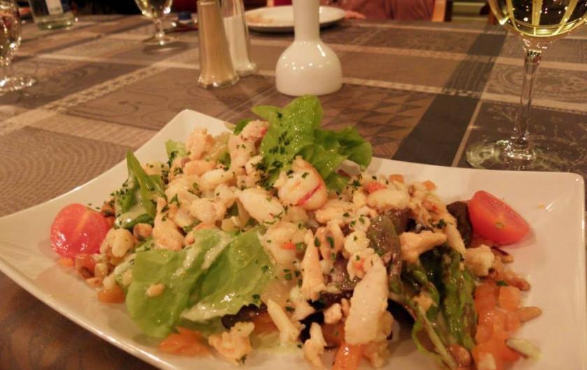 Location de vacances - Hôtel - Auberge à Husseren-les-Châteaux - Salade Pêcheur au Restaurant
