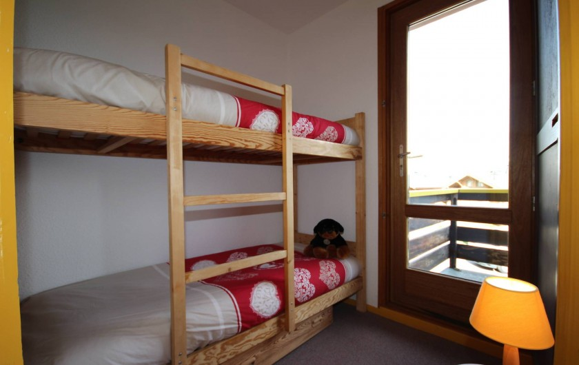 Location de vacances - Chalet à Les Saisies - Roc du vent  Chambre donnant sur balcon plein sud.