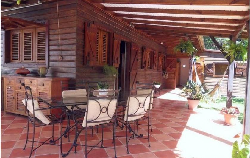 Location de vacances - Gîte à Deshaies - le gîte et sa terrasse