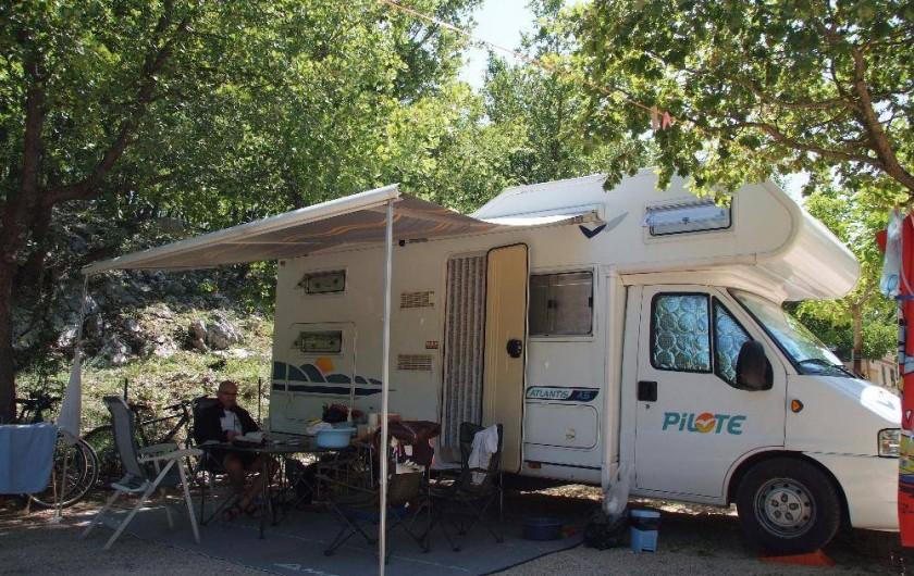 Location de vacances - Camping à Bauduen - Emplacement tente caravane ou camping car