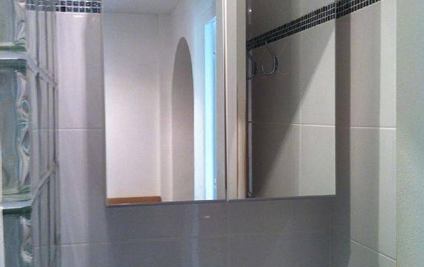 Location de vacances - Appartement à Cannes - salle de douche avec lave linge