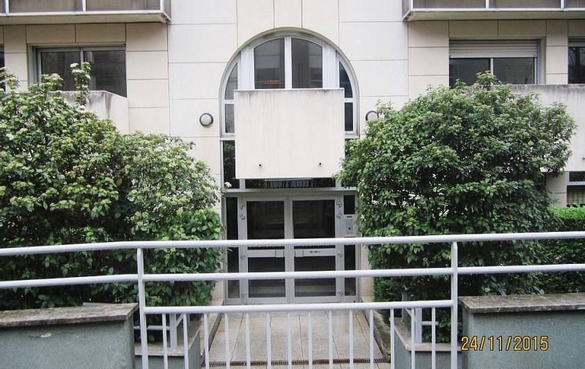 Location de vacances - Studio à 15e Arrondissement - façade de l'immeuble avec vue sur le balcon et la porte-fenêtre