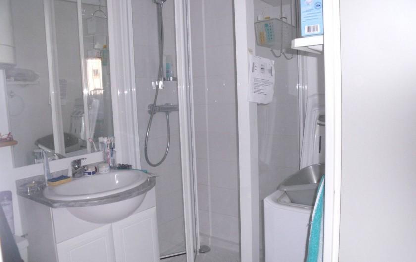 Location de vacances - Appartement à Bormes-les-Mimosas - salle d'eau avec lave linge