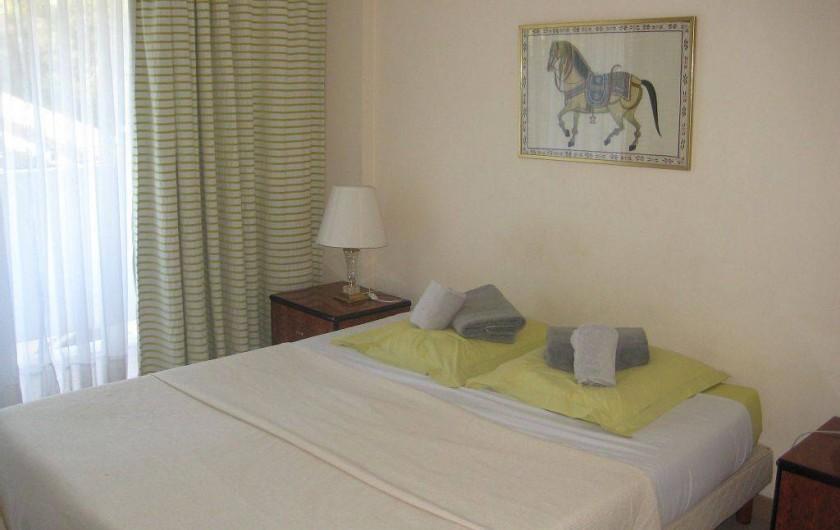 Location de vacances - Appartement à Vallauris - chambre 2 lits 80 ou 1lit 160