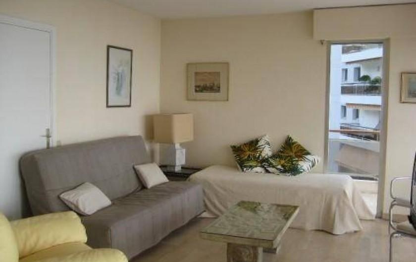 Location de vacances - Appartement à Vallauris - canapé clic clac et lit dans le living