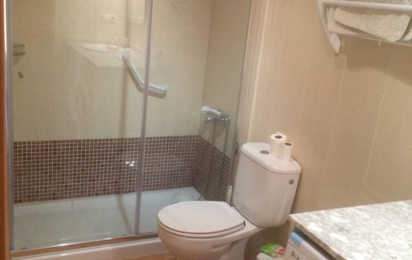 Location de vacances - Appartement à Canet d'en Berenguer - Salle de bains - Grande cabine de douche -Toilettes -Lave-linge