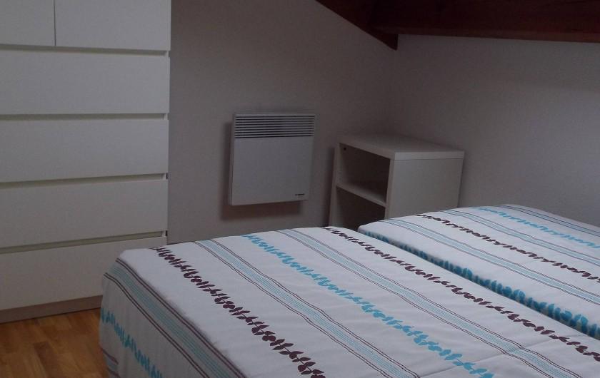 Location de vacances - Villa à Saint-Julien-en-Born - chambre 2 à l'étage avec commode
