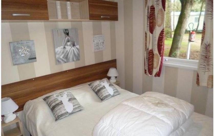 Location de vacances - Bungalow - Mobilhome à Saint-Brevin-les-Pins - Chambre parentale avec salle d'eau attenante